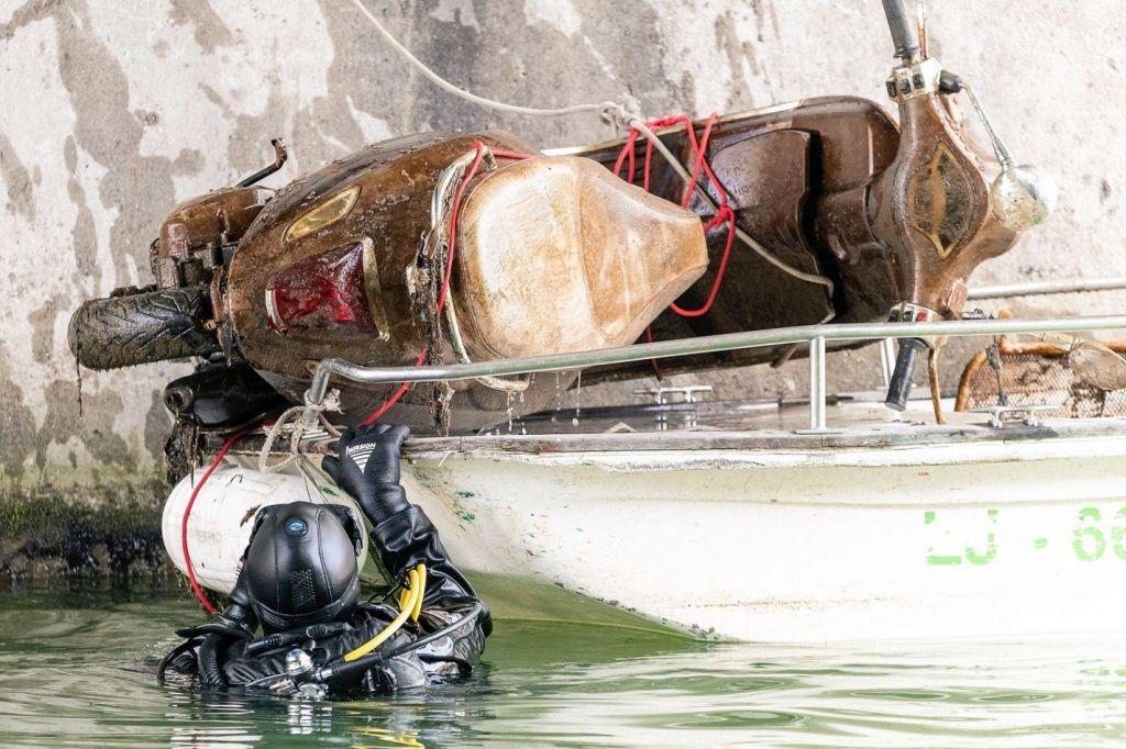 FOTO:Potapljači iz Ljubljanice potegnili več kot tono smeti