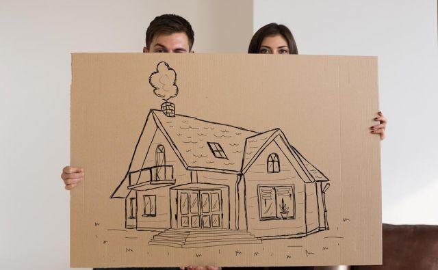 Mož sanja o gradnji. FOTO: Shutterstock