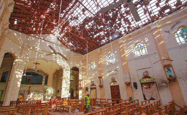 Več bomb je razneslo tudi v cerkvah med velikonočnimi mašami. FOTO: Reuters