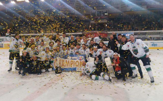 Hokejisti Olimpije se veselijo naslova prvakov lige AHL. Foto Siniša Uroševič