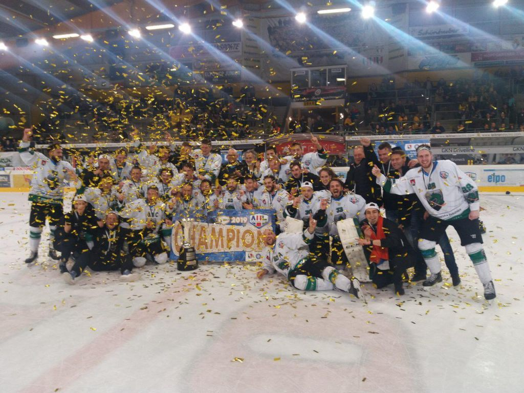 Hokejisti Olimpije se po zmagi v gosteh veselijo naslova prvakov