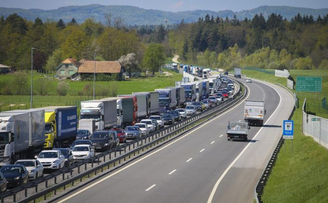 Kolone vozil na avtocesti so tudi posledica rušenja cestninskih postaj. Foto Jože Suhadolnik
