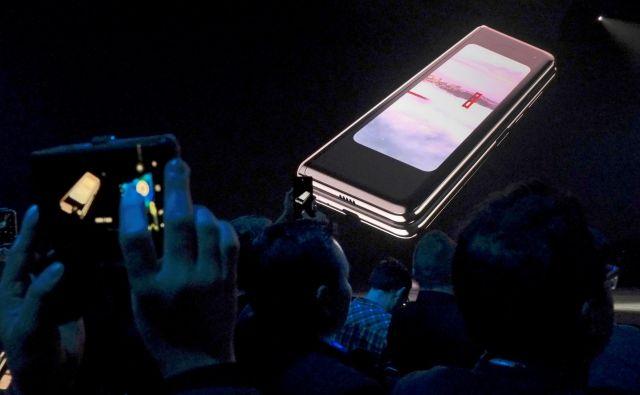 Cena pametnega telefona Galaxy Fold naj bi bila nekaj čez 2000 evrov. FOTO: Reuters