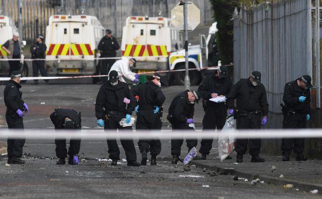 Policija preiskuje mesto, kjer je strelnim ranam podlegla 29-letna novinarka. Foto Reuters