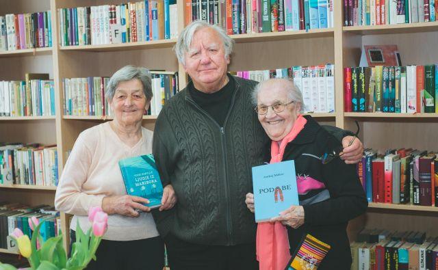 Bralki Silva Malek (levo) in Kristina Mauc s pisateljem Tonetom Partljičem v domski knjižnici Foto Nika Hölcl Praper