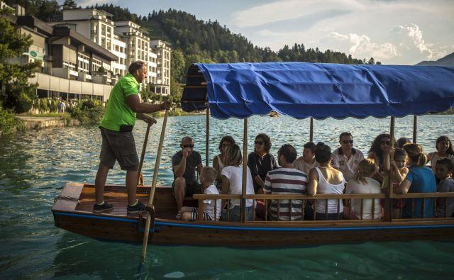 Pletnarji do otoka in nazaj prepeljejo nekaj 10.000 obiskovalcev na leto. FOTO: Voranc Vogel/Delo