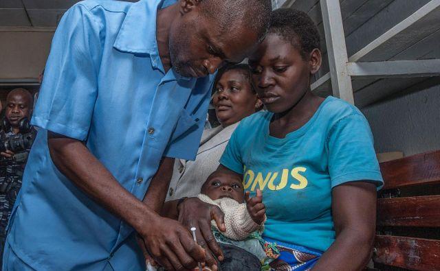 Malarija najbolj ogroža otroke, zato so najprej začeli cepiti njih. FOTO: AFP