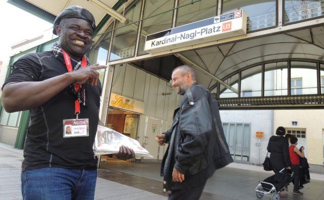 Eden najbolj priljubljenih prodajalcev Augustina Unams Ajba Fobi iz Kameruna, ki so ga stanovalci iz okolice njegovega delovnega mesta razglasili za »kralja Trga kardinala Nagla«. FOTO: Boris Čibej