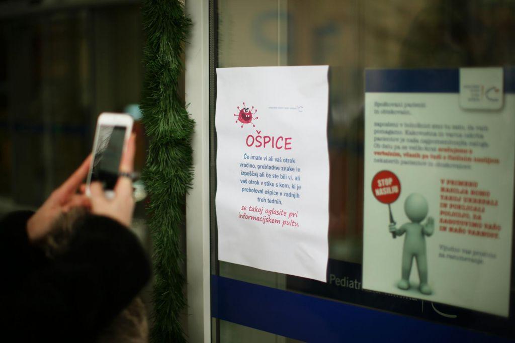 Ljubljansko urgenco obiskala bolnika z ošpicami, potencialno okuženih tisoč ljudi