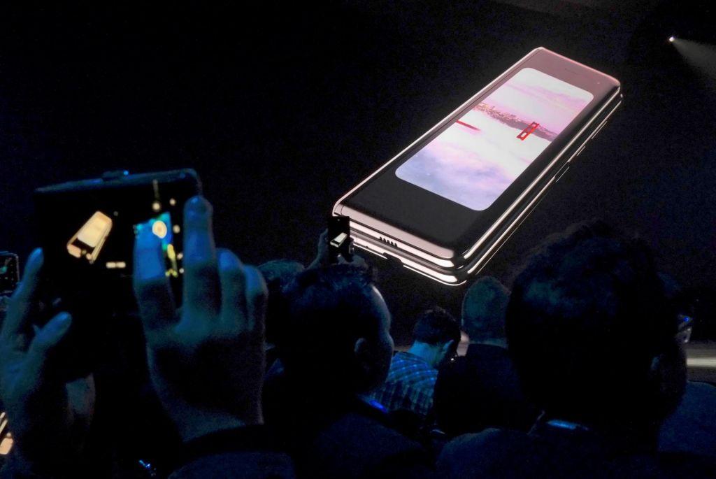Zlomljeni zasloni so zamaknili prodajo Galaxy Fold