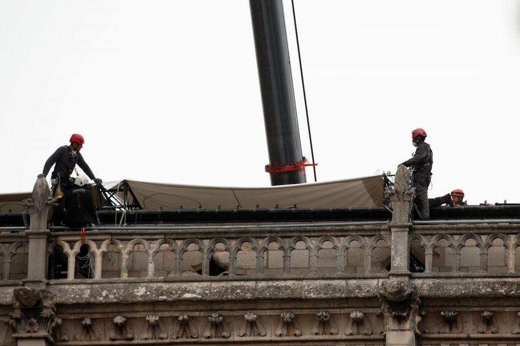 Zaradi napovedanega dežja Notredamsko katedralo prekrivajo s ponjavo