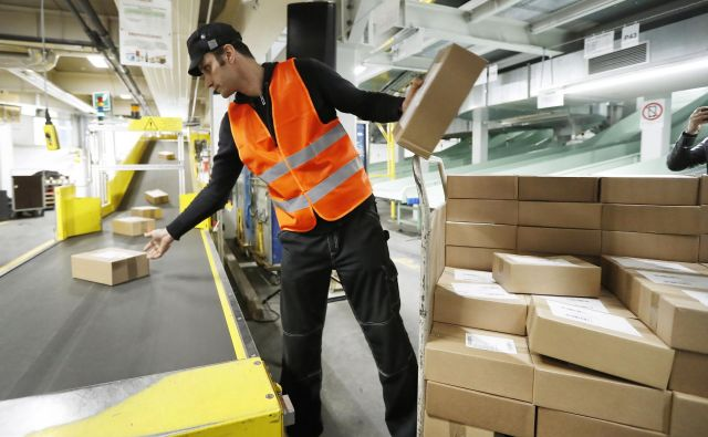 Paketi pridejo po različnih poteh, nato jih sistem razporedi po območjih dostave. Foto Leon Vidic