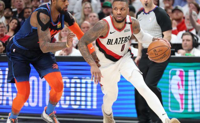 Portlandov Damian Lillard, desno, je na peti tekmi prvega kroga končnice proti Oklahomi pokazal najboljšo košarko v karieri. FOTO: Reuters