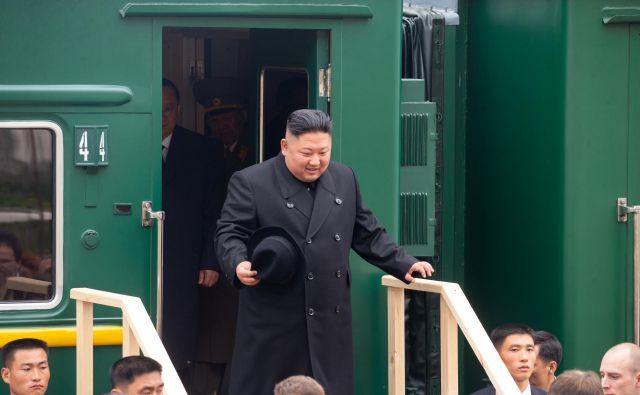 Severnokorejski vodja upa, da bo pri ruskem voditelju naletel na podporo glede odprave sankcij.FOTO: Handout Reuters
