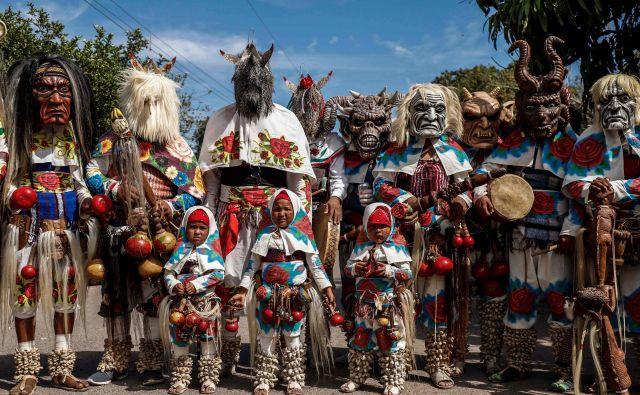 Mehiški člani etnične skupine Majo-Joreme s plesom praznujejo velikonočni teden v njihovih tipičnih kostumih v v mestu San Miguel Zapotitlan. Foto Rashide Frias Afp