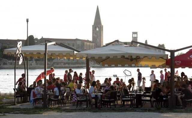 Turisti v Poreču. FOTO: Blaž� Samec/Delo