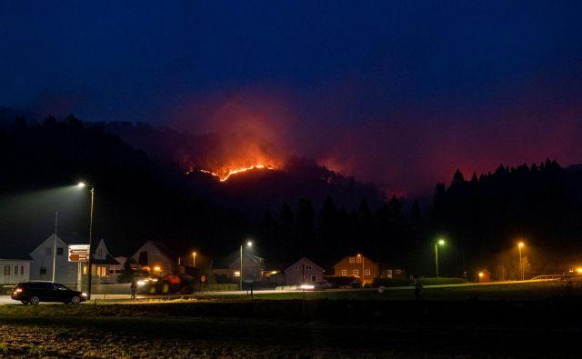V bližini mesta Sokndal na jugu Norveške je izbruhnil gozdni požar, ki ga gasilcem še ni uspelo obvladati. FOTO: Reuters