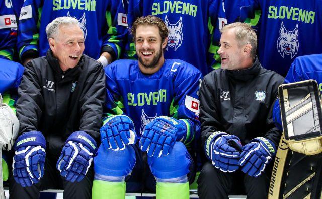 Anže Kopitar (v sredini med pomočnikom trenerja Michaelom Zettlom in selektorjem Ivom Janom) je najbolj zveneče ime SP v Kazahstanu. FOTO: Matic Klanšek Velej/Sportida