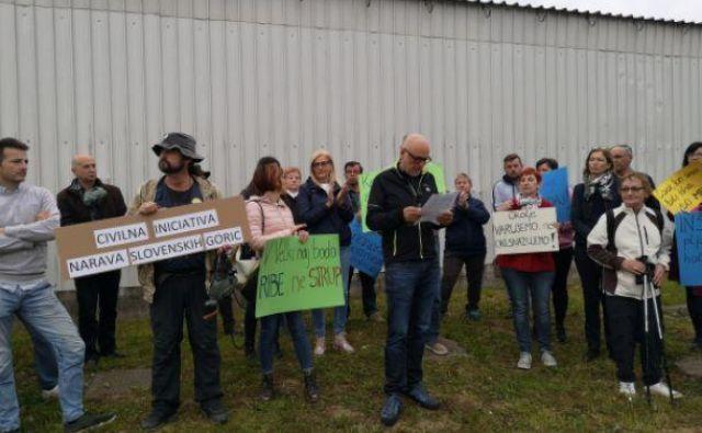 Civilna iniciativa Narava Slovenskih goric je pred dnevi organizirala shod proti nadaljnjemu obratovanju sortirnice. FOTO: Mariborinfo