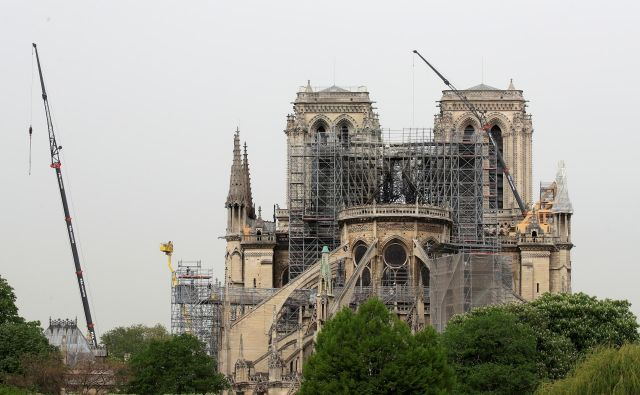 Zbrana sredstva po oceni francoskih gradbenih ekonomistov morda že presegajo samo višino stroškov za obnovo katedrale. FOTO: Gonzalo Fuentes/Reuters