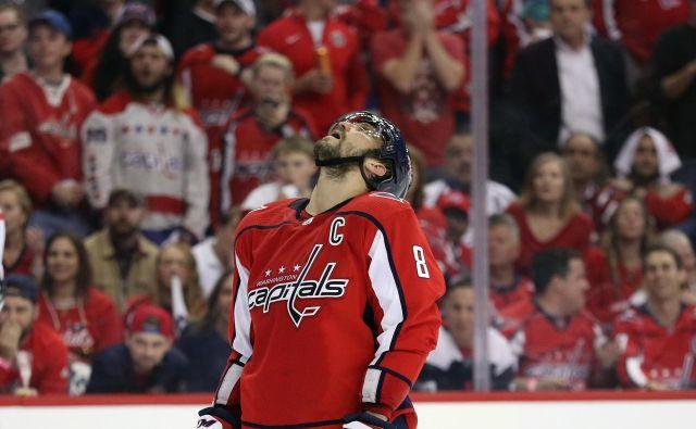 Aleksandr Ovečkin ni skrival razočaranja. Washington Capitals je porazila Carolina Hurricanes. FOTO: AFP