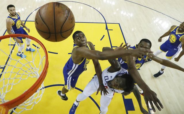 Takole so se borili Kevon Looney, Patrick Beverley in Kevin Durant. Na koncu so Golden State Warriors potegnili kratko proti gostom iz Los Angelesa. FOTO: Usa Today Sports
