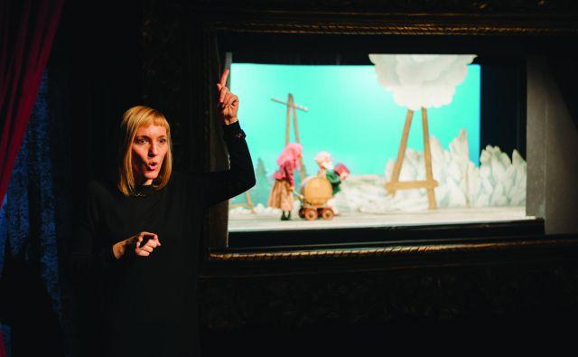 Natalija Spark je v sklopu pobude Gledališki tolmač prvič sodelovala kot tolmačka v lutkovni predstavi<em> Žogica Marogica</em>. Foto Arhiv Društva gluhih in naglušnih Ljubljana