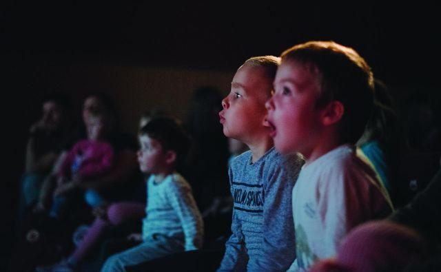 V spominu so ostali obrazi gluhih otrok ob spremljanju <em>Žogice Marogice</em>, ki so predstavo razumeli in pri njej celo sodelovali. Foto Arhiv Društva gluhih in naglušnih Ljubljana