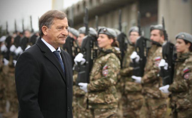Karl Erjavec, minister za obrambo, ocenjuje, da želi opozicija politizirati menjavo na vrhu poveljstva sil. Foto Jure Eržen