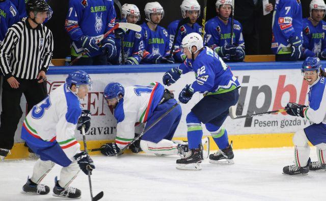 Anže Kuralt (v modrem dresu) in drugi Slovenci so bili po včerajšnjem porazu v današnji tekmi boljši od Italijanov. FOTO: Tomi Lombar/Delo