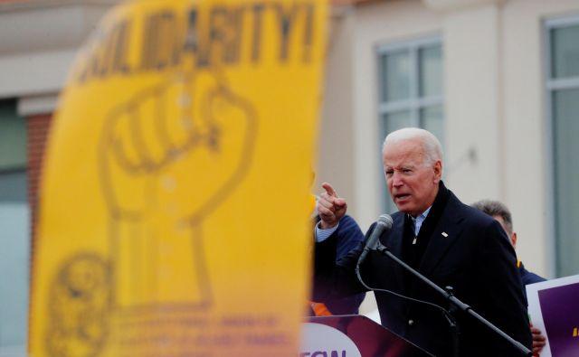 Nekdanjega ameriškega podpredsednika ankete uvrščajo na trdno prvo mesto med demokratskimi kandidati. FOTO: REUTERS/Brian Snyder
