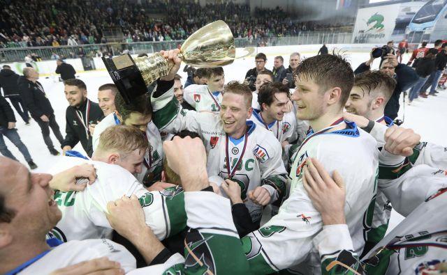 Srčni in bojeviti Ljubljančani so se zasluženo veselili naslova državnega prvaka in trojčka. FOTO: Voranc Vogel/Delo