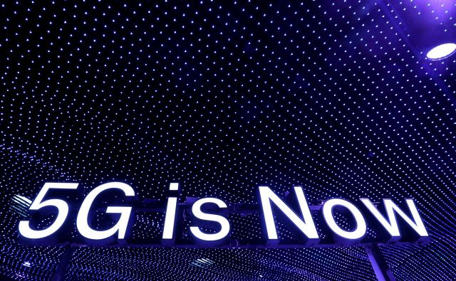 Pri omrežjih 4G so imele bazne postaje skrajni domet od 15 do 20 kilometrov, doseg oddajnikov 5G pa bo le nekaj sto metrov. Foto Reuters