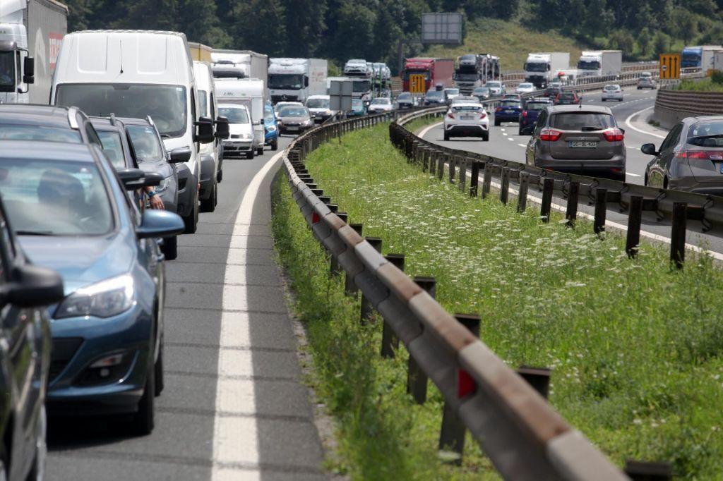 Počitnice prinašajo gnečo na cestah, začetek tedna v znamenju dežja in nizkih temperatur