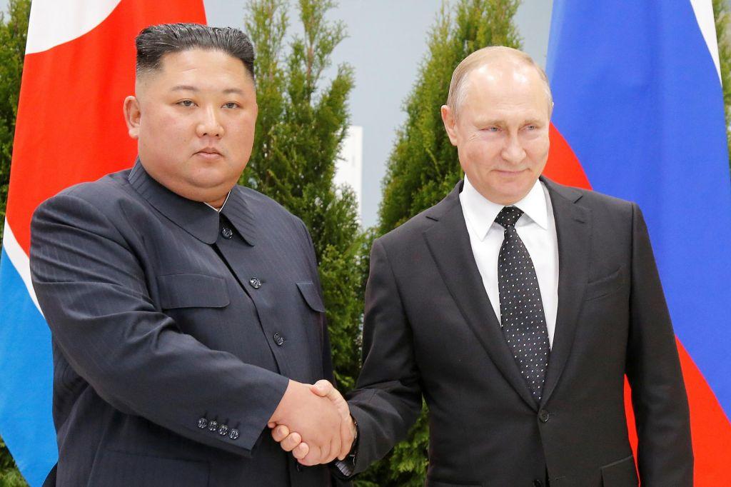 FOTO:Zgodovinsko rokovanje Kim Džong Una in Putina