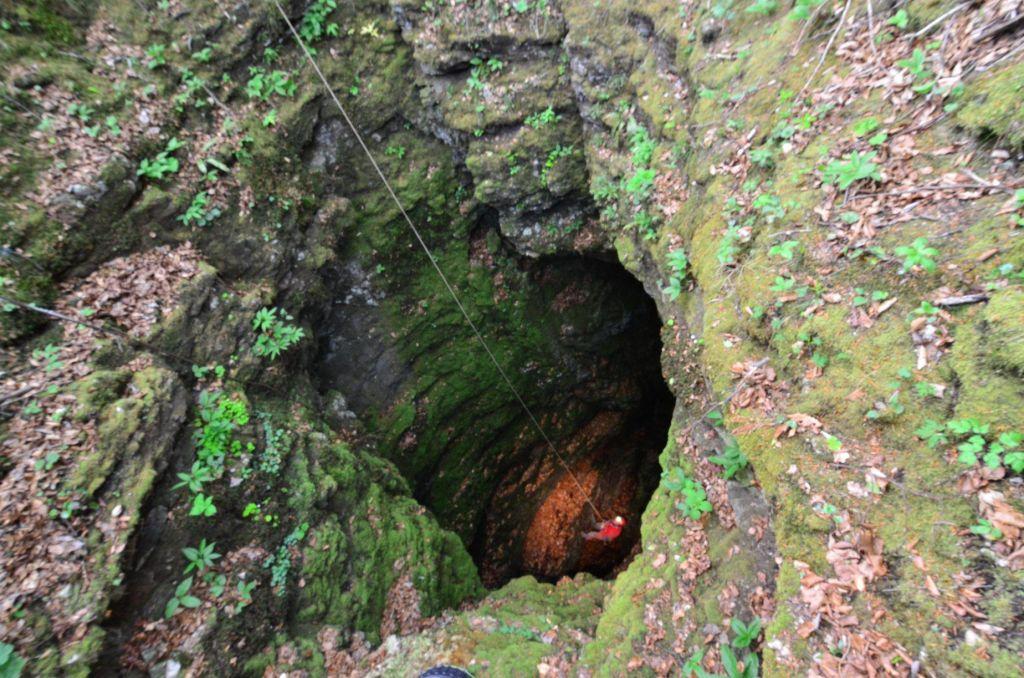 Še vedno veliko odpadkov v kraških jamah in breznih