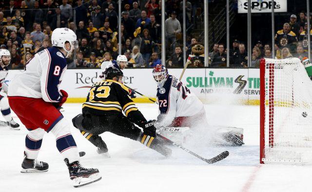 Charlie Coyle je bil znova junak Bostona, takole je dosegel odločilni zadetek na tekmi. FOTO: Reuters