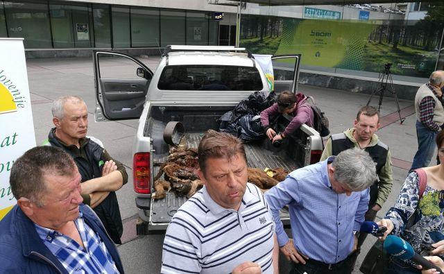 Jezni kmetje pred ministrstvom za okolje in prostor. FOTO: Blaž Samec/Delo