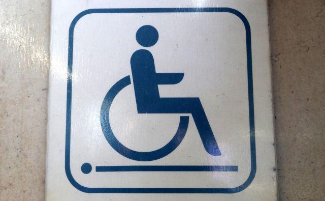 V sedemdesetih letih 20. stoletja je na univerzi Berkeley v Kaliforniji nekaj študentov na vozičkih, ki jim je sicer uspel preboj na univerzitetni študij, ugotovilo, da jim zaradi nedostopnosti vseh vrst študija ne bo uspelo končati; zahtevali so individualizirano podporo – ne kot luksuz, ampak kot temeljno državljansko pravico. Borili so se za »nemogoče«: pravico do stanovanja, osebne asistence, dostopnega javnega prevoza in javnih stavb, vrstniškega svetovanja, in si izborili veliko. Po državi so se začeli ustanavljali centri za neodvisno življenje, ljudje pa so dobili pravico, da se odločijo, kje bodo živeli in s kom in kdo jih bo pri tem podpiral. FOTO: Dejan Javornik
