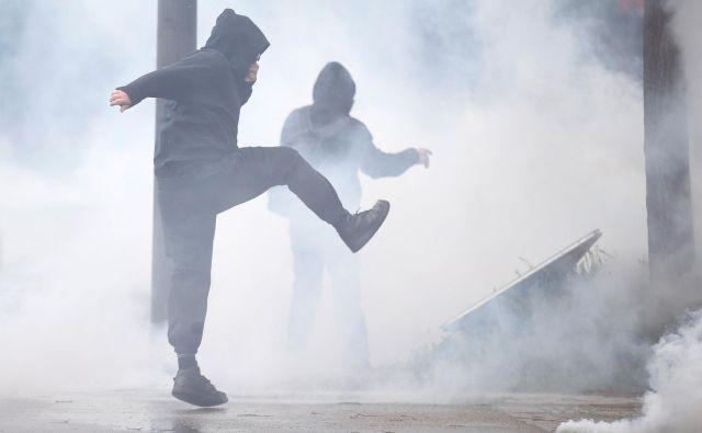Rumeni jopiči že od novembra lani protestirajo proti fiskalni in socialni politiki vlade. FOTO: Reuters