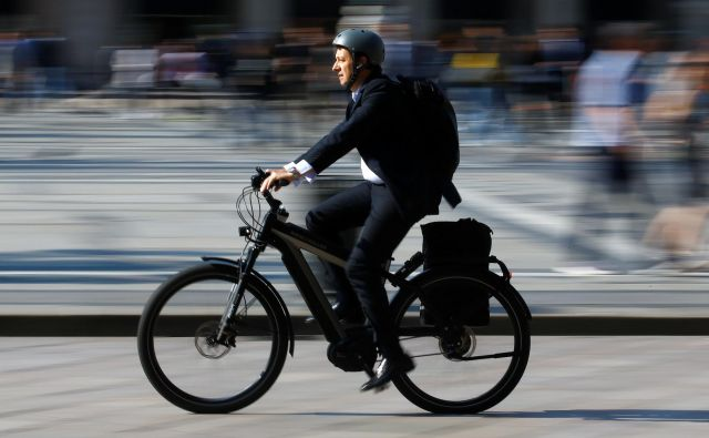 Električna kolesa različnih vrst se vse bolj uveljavljajo v Evropi, postopoma tudi v Sloveniji. FOTO: Reuters