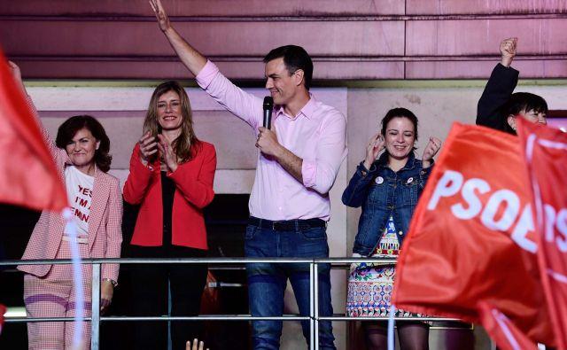 Španski premier Pedro Sánchez s svojimi podporniki po objavi neuradnih izidov volitev. FOTO: Afp