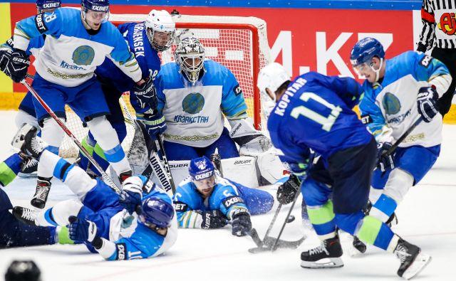 Hokejsko šolo nekdanjega sovjetskega prostora odlikuje izjemna disciplina v obrambi, kar so Kazahstanci pokazali tudi zvezdniku Anžetu Kopitarju. FOTO: Matic Klanšek Velej/Sportida
