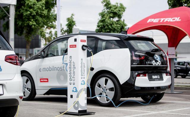Avto na električni pogon poskrbi za trajnostno in do okolja prijazno mobilnost. Foto: Žiga Intihar