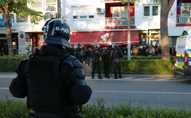 Vse okoliščine množične kršitve policisti še preverjajo in bodo po vseh zbranih obvestilih izvedli ustrezne ukrepe. FOTO: Jože Pojbič