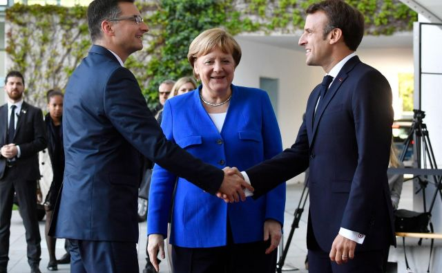 Marjan Šarec, Angela Merkel in Emmanuel Macron v Berlinu rešujejo balkanske težave. FOTO: AFP