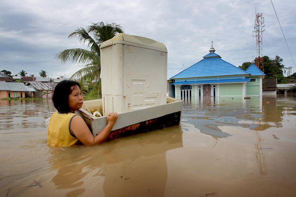 FOTO:Umrlo 40 ljudi, več tisoč jih je moralo zapustiti domove