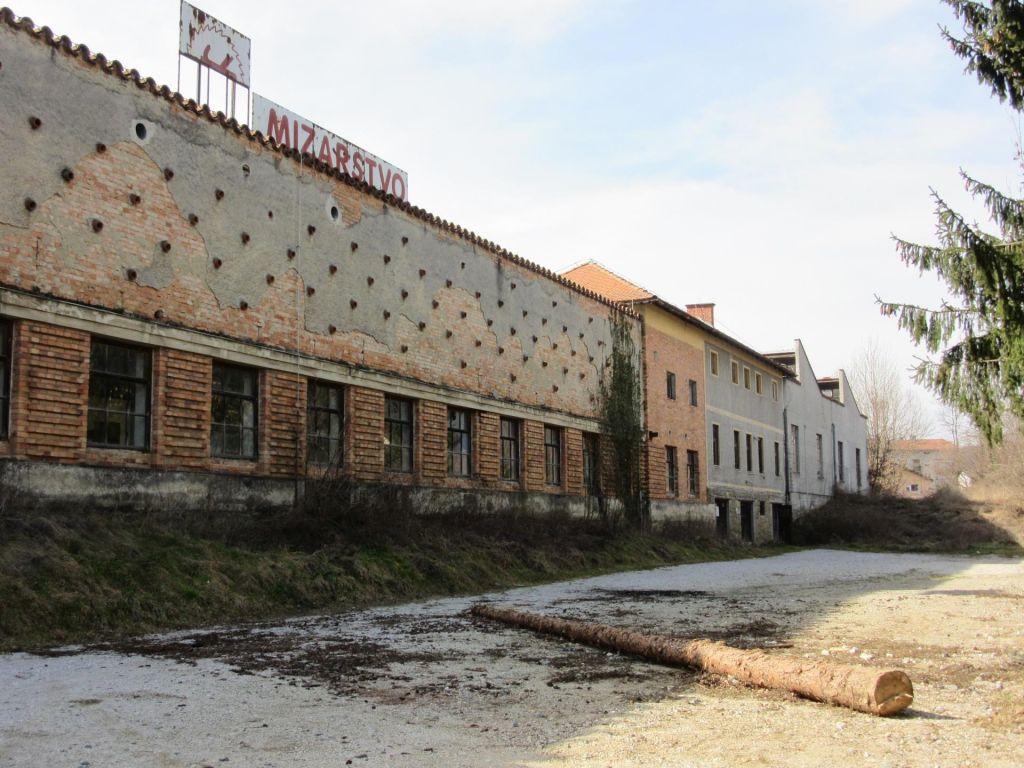 FOTO:Več sto tisoč evrov za zemljišče, gradnja vprašljiva?