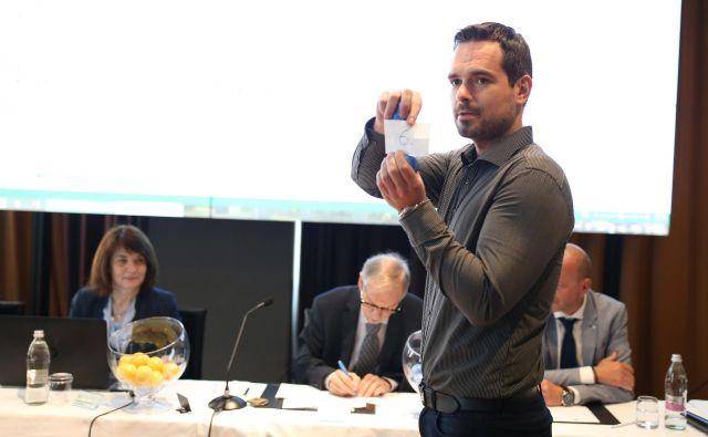 Žrebanje glasovnic za evropske volitve. FOTO: Tomi Lombar/delo