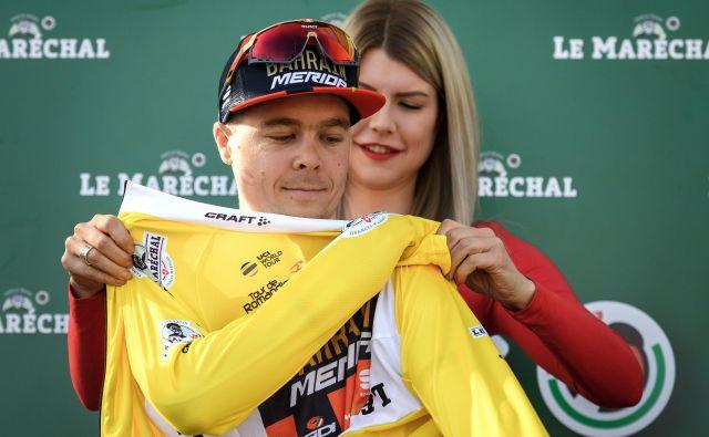 Tratnik je ob zmagi oblekel tudi rumeno majico vodilnega. FOTO: AFP